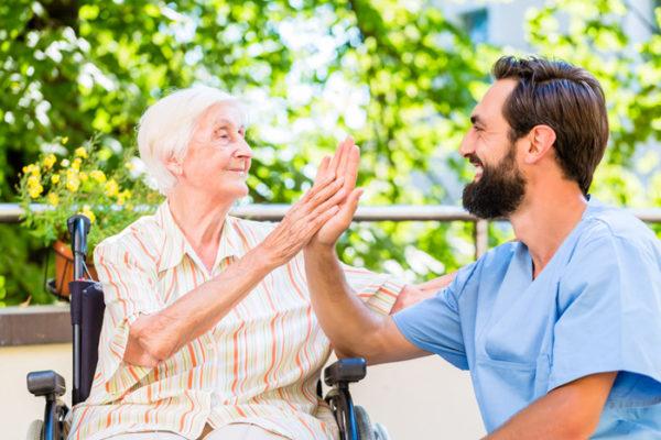 auxiliaires de vie aux services des personnes âgées